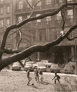 07-Prague-Foot-au-pieds-des-immeubles-Tchecoslovaquie-avril-1968